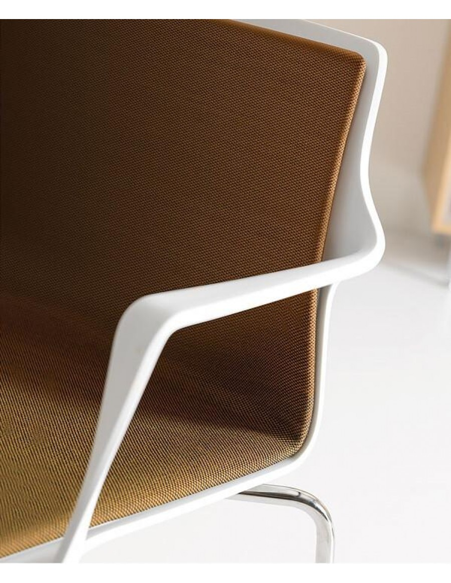 Kelly chair | White shell with upholstery in Laser 442, chromed base
